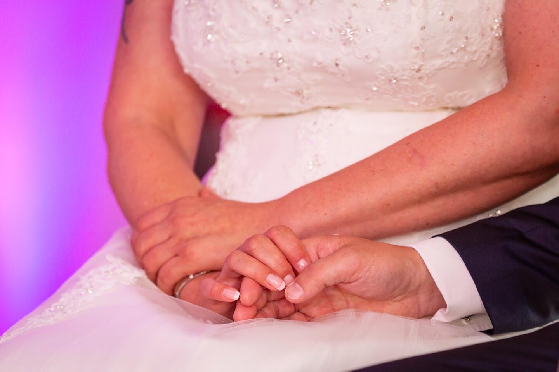 Haende des Hochzeitspaares auf Freier Trauung