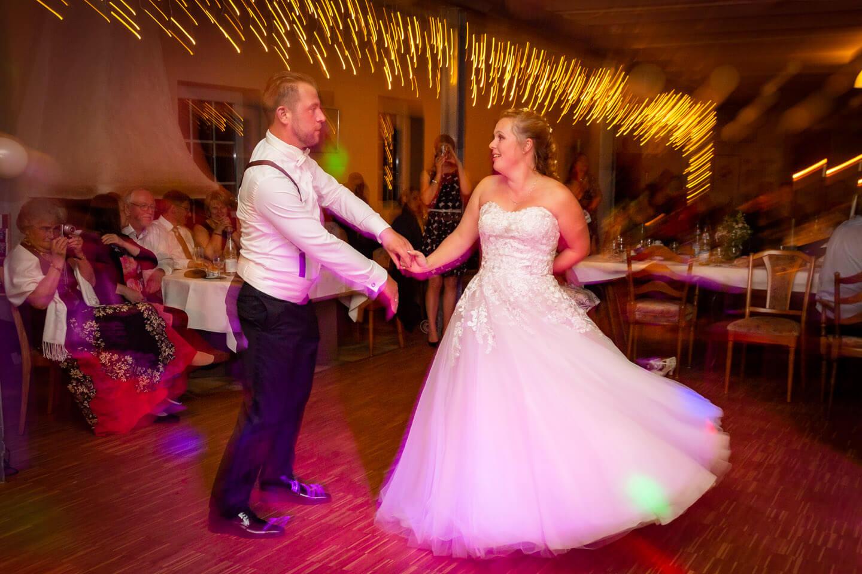 Der Eröffnungstanz darf in der Hochzeitsfotografie nicht verpasst werden.
