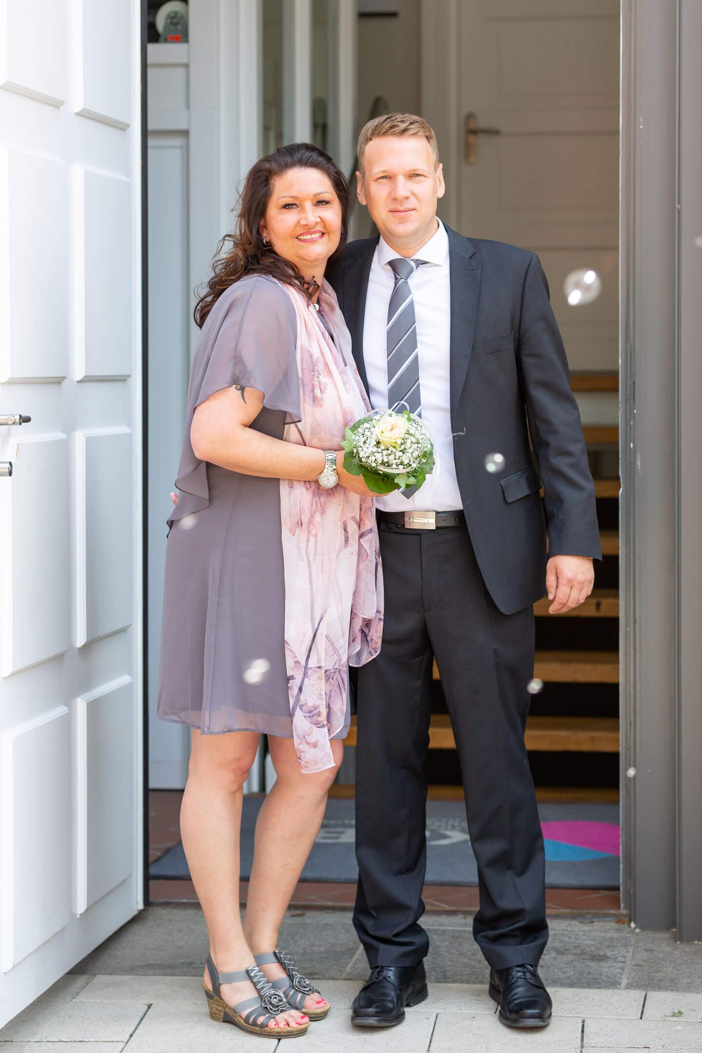 Frisch vermähltes Hochzeitspaar im Eingangsbereich vom Standesamt Bad Oldesloe