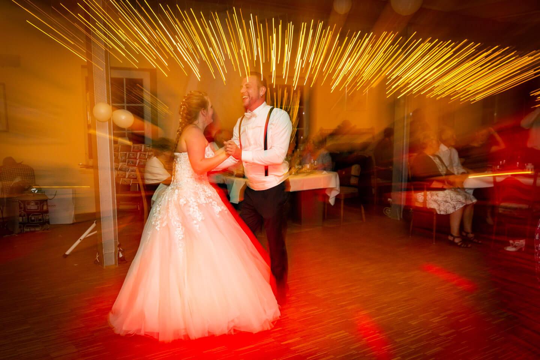 Hochzeitsfoto vom tanzenden Brautpaar. Fotograf: Florian Laeufer, Hamburg