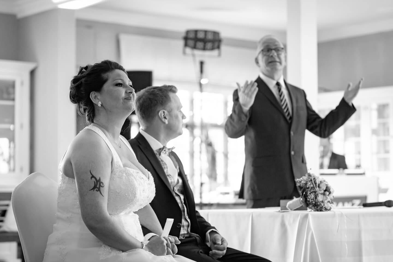 Hochzeitspaar mit Hochzeitsredner Claudius Fehland bei Freier Trauung