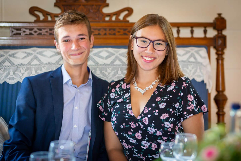 Jung verliebtes Paar bei ein er Hochzeitsfeier