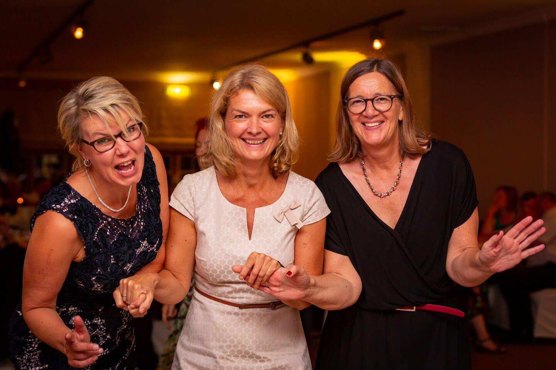Drei Damen auf der Tanzfläche
