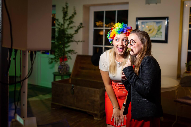 Zwei junge Damen beim Photobooth