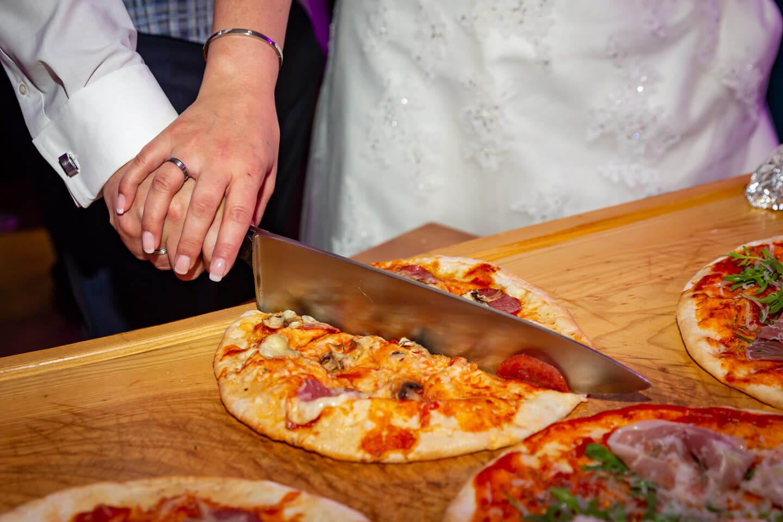 Anschnitt der Hochzeitspizza. Wer hat die Hand oben?