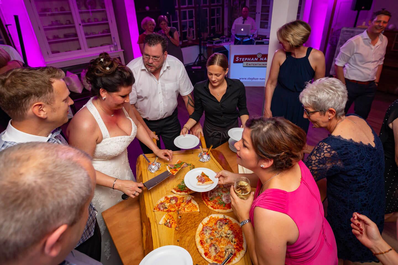Brautpaar verteilt Hochzeitspizza statt Hochzeitstorte an ihre Gaeste