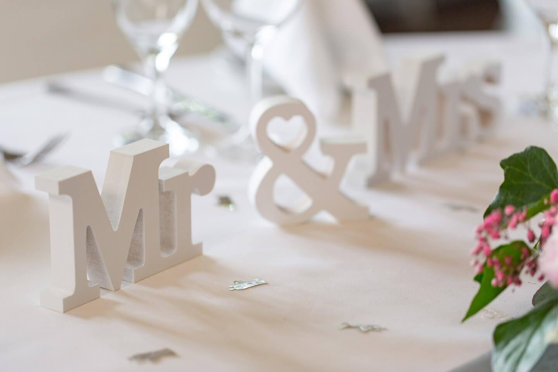Mr und Mrs als Aufsteller bei einer Hochzeitsfeier