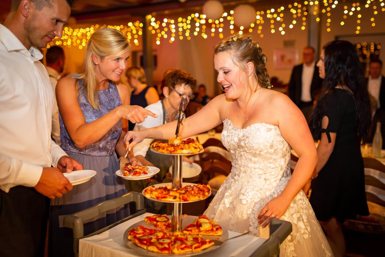 Hier gibt es Hochzeitspizza statt Hochzeitstorte.