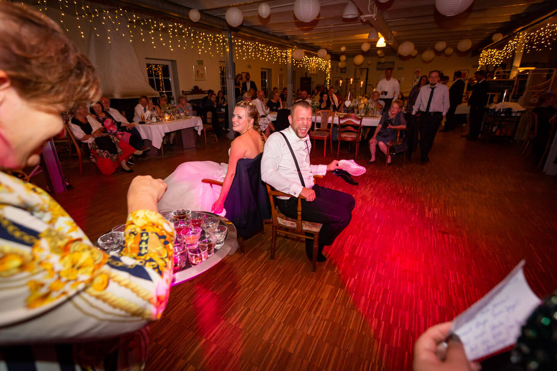 Das Schuhspiel ist bei vielen Hochzeiten beliebt und ich mag es, diese Momente zu fotografieren.