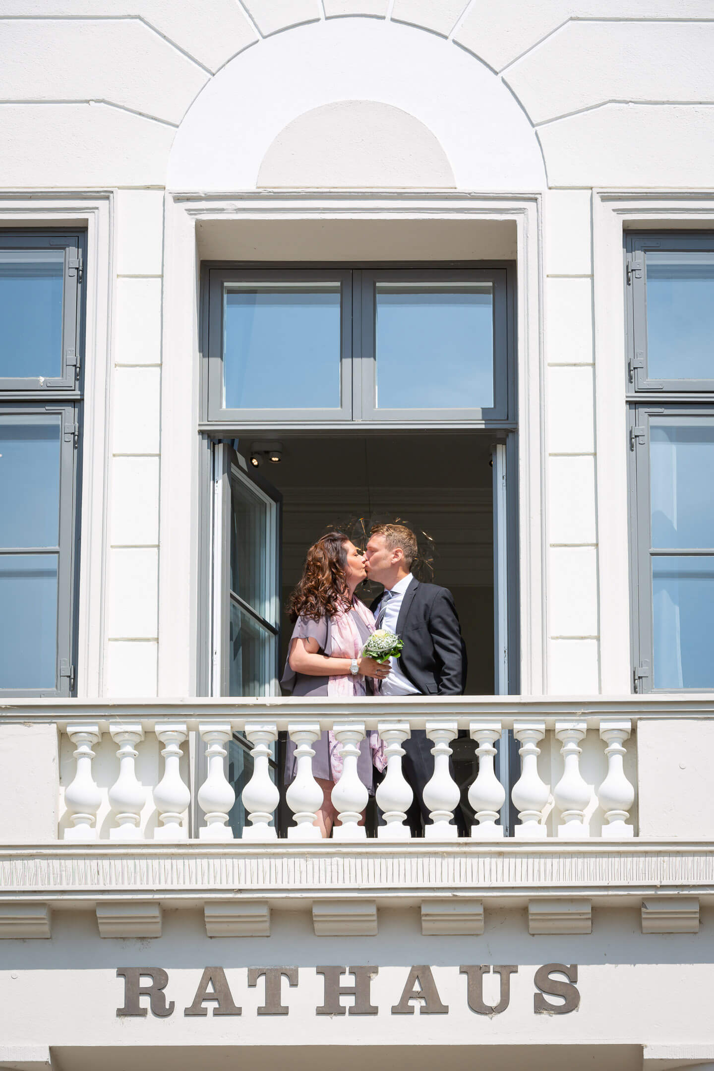 Balkon des Standesamts in Bad Oldesloe mit küssendem Paar