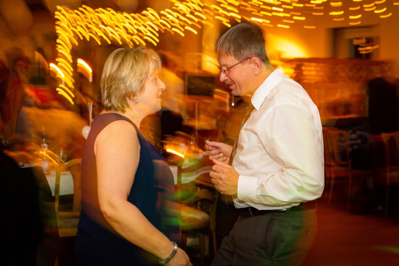 Schön, wenn nicht nur die ganz jungen auf der Tanzfläche Gas geben. Als Hochzeitsfotograf liebst du solche Momente