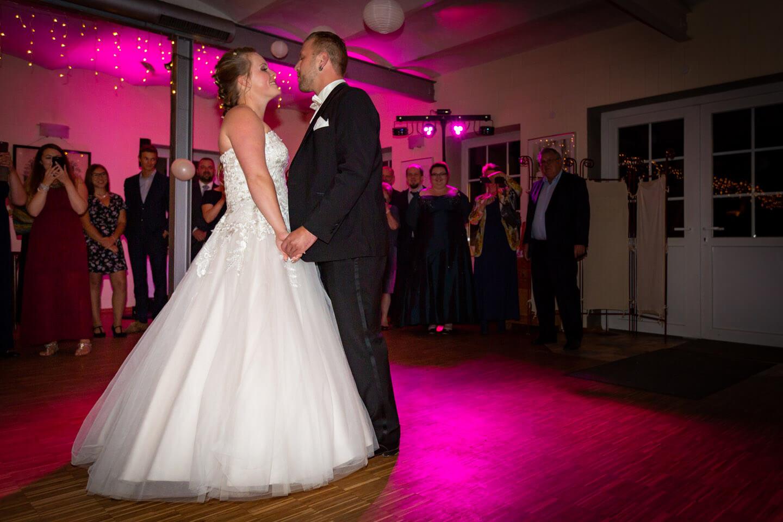Eröffnungstanz des Brautpaares während ihrer Hochzeitsfeier
