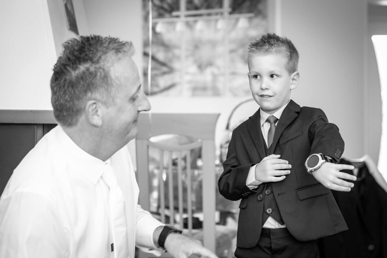 Sohn zeigt bei einer Hochzeitsreportage seinem Vater die Uhrzeit