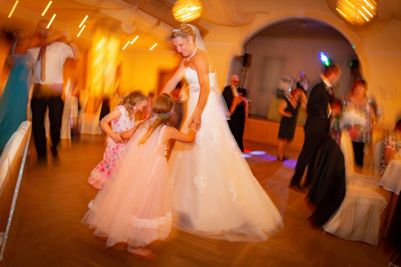 Braut mit zwei Kindern auf der Tanzfläche