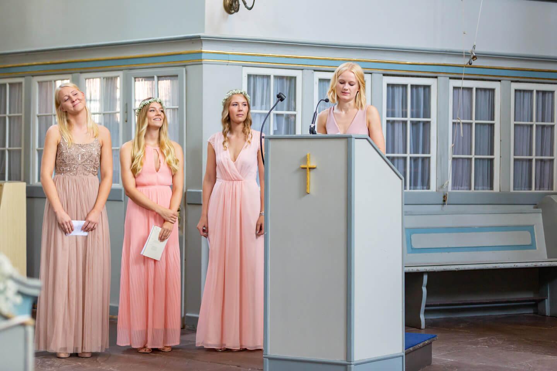 Brautjungfern in der Kirche