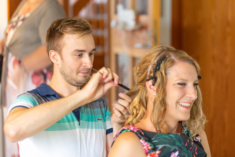 Braut mit Friseur beim Getting Ready