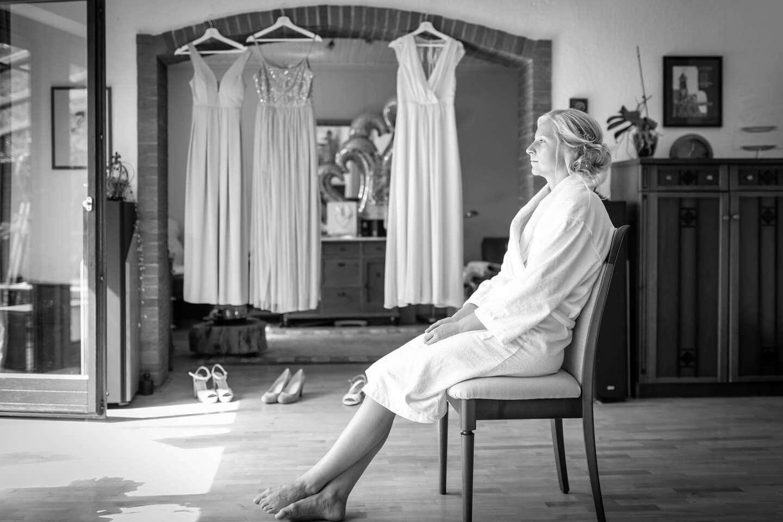 Braut beim Getting Ready während einer Hochzeitsreportage vom Hochzeitsfotografen Florian Läufer fotografiert