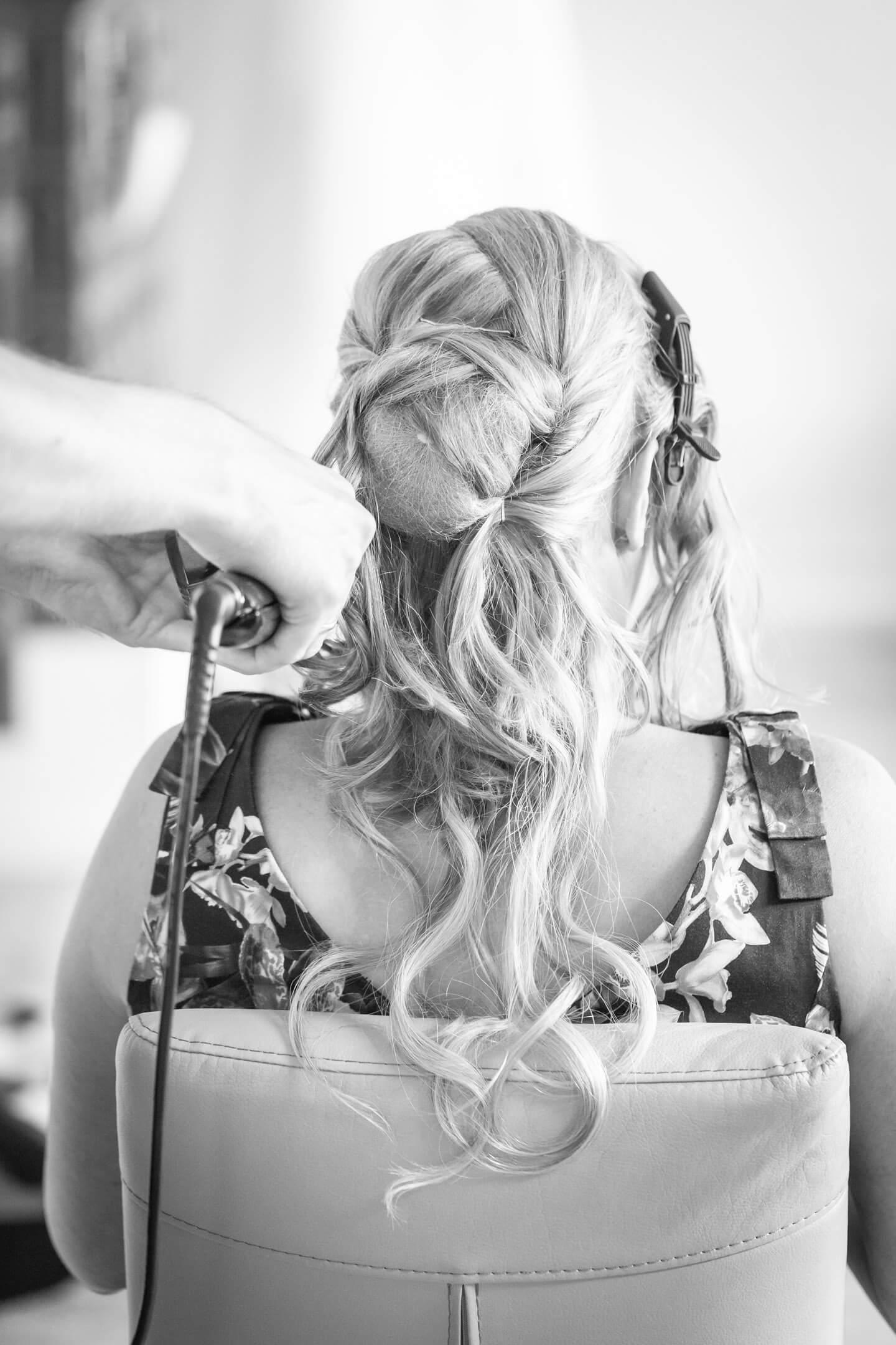 Hochzeitsreportage - der Braut werden die Haare gestylt