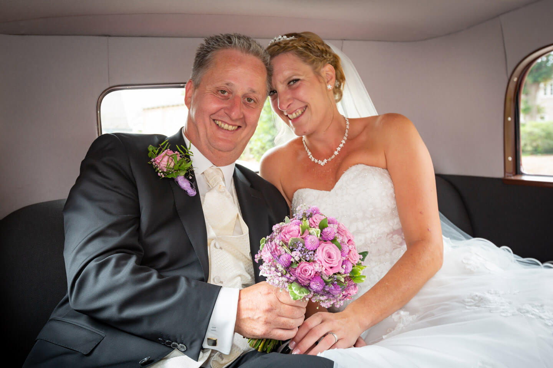 Hochzeitspaar im Hochzeitswagen