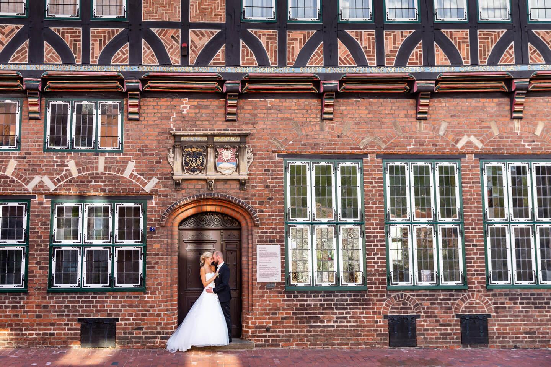 Hochzeitspaar beim Fotoshooting am Alten Rathaus in Wilster