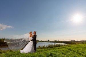 Hochzeitsfoto mit wehendem Schleier an der Stör bei Wilster