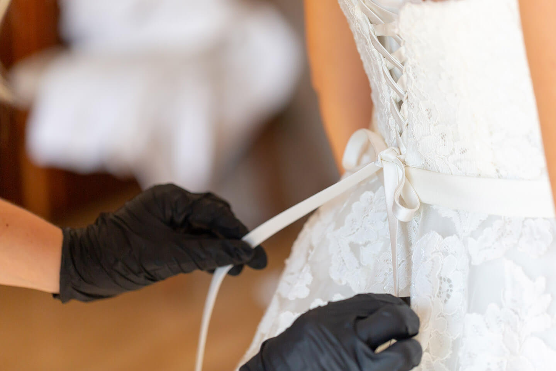 Zuschnüren des Hochzeitskleids