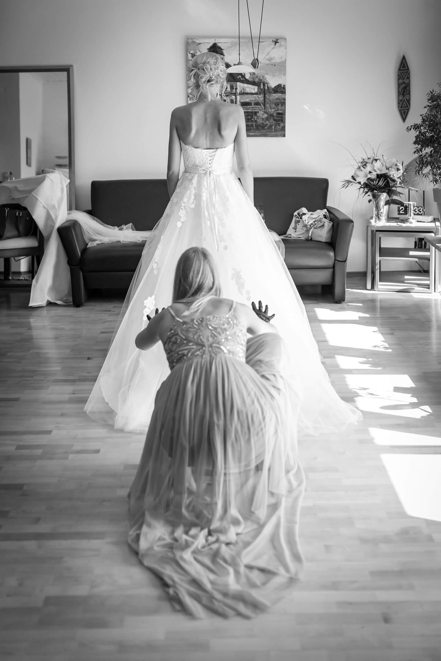 Hochzeitskleid richten kurz vor der kirchlichen Trauung