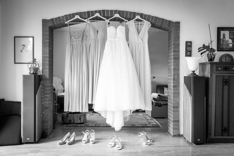 Kleider und Schuhe der Braut und Brautjungfern