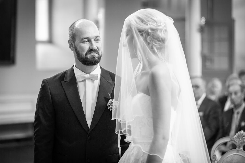 Bräutigam nimmt Braut am Altar entgegen