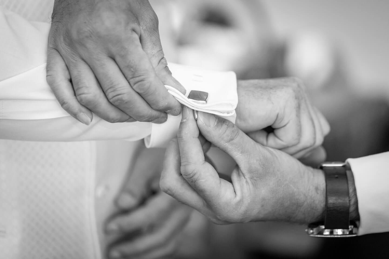 Bei einer Hochzeitsreportage entstanden: Manschettenknopf wird geschlossen