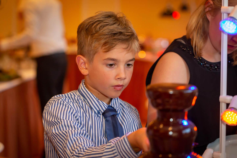 Junge am Schokoladenbrunnen in der Hochzeitslocation Hemdinger Hof