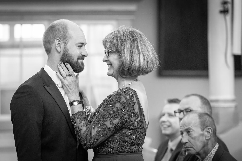 Bräutigam und Mutter kurz vor der Trauung