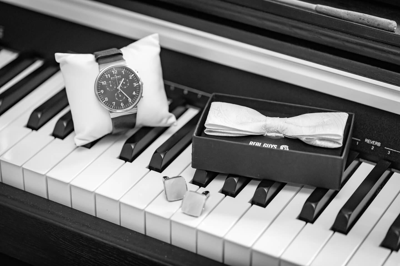 Ein Klavier dient hier dem Hochzeitsfotografen als perfekte Unterlage für ein Detailfoto