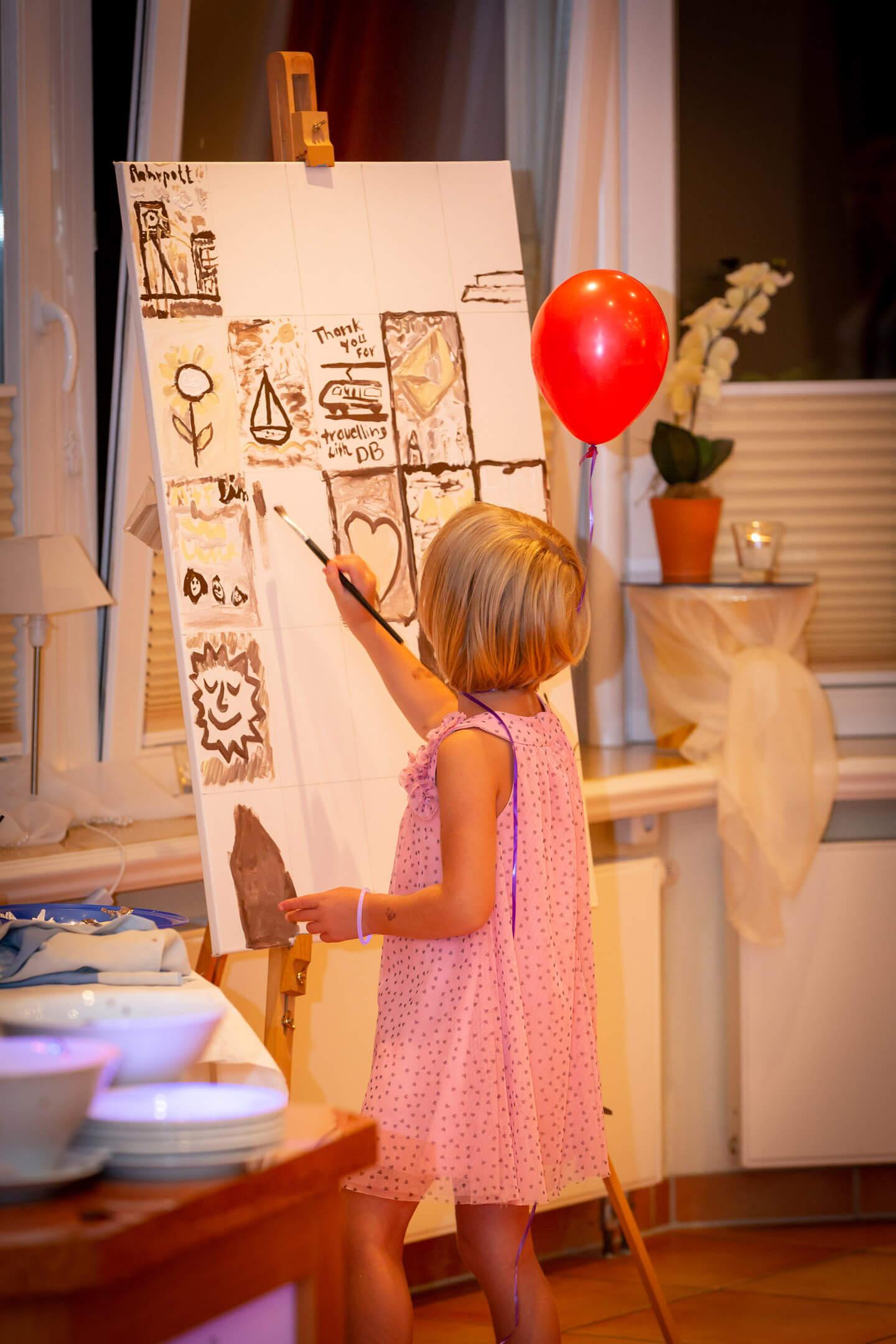 Kind malt an einer Leinwand