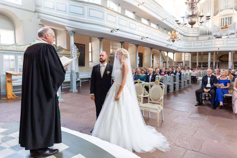 Brautpaar bei ihrer Trauung in der Wilstermarsch