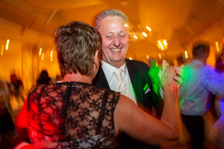 Dynamisches Foto, das bei einer Hochzeitsreportage auf der Tanzfläche entstanden ist