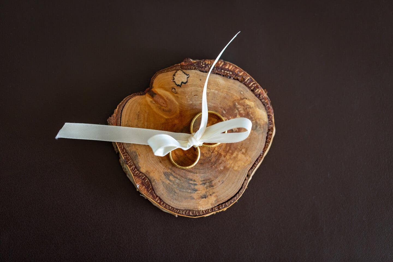 Trauring auf einer selbstgezimmerten Holzscheibe
