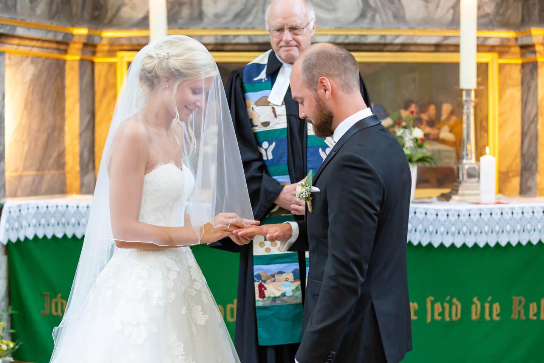 Den Ringtausch darf man als Hochzeitsfotograf nicht verpassen. Hier in der St.-Bartholomäuskirche in Wilster