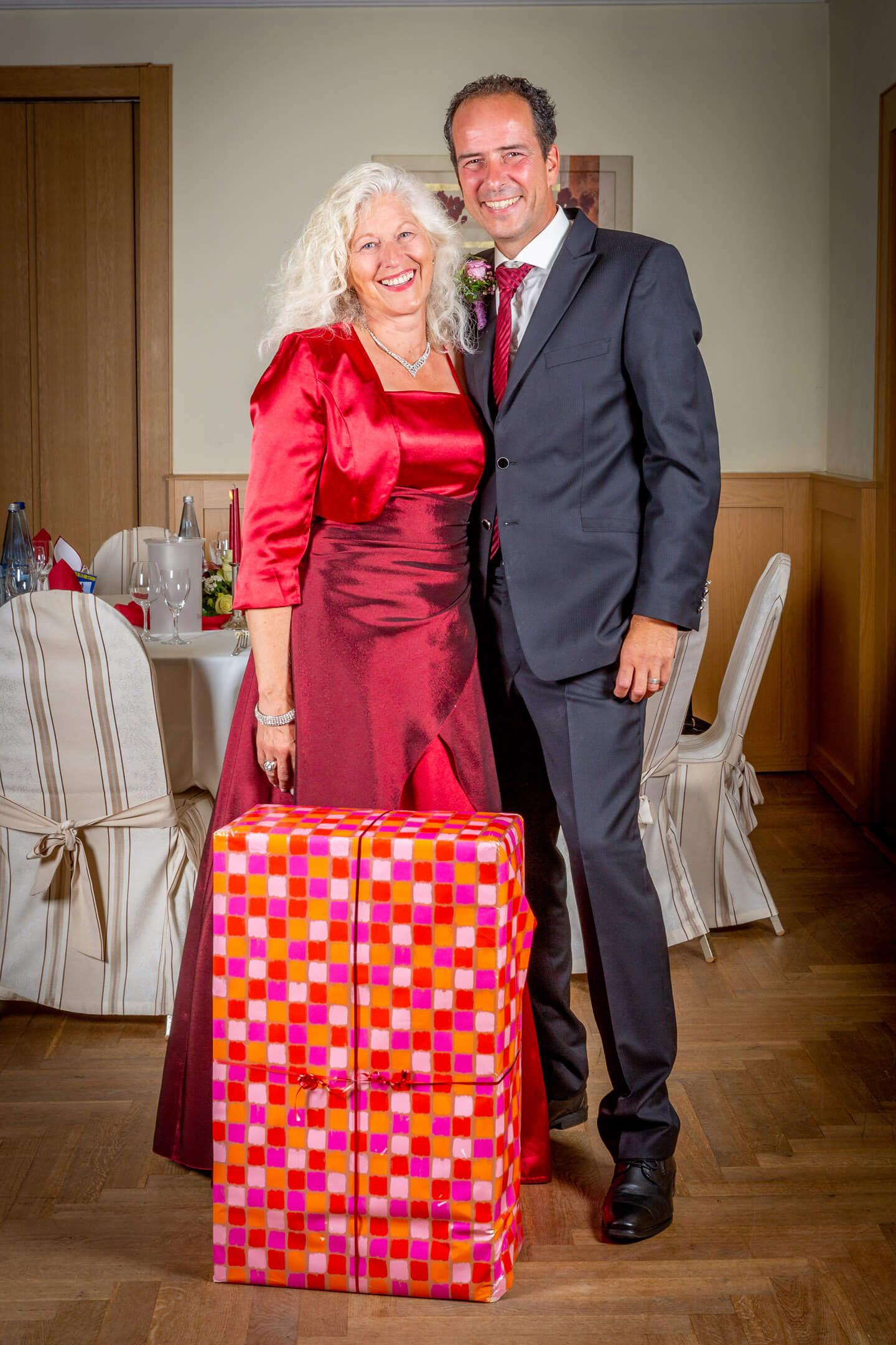Trauzeuge mit seiner Frau und dem Hochzeitsgeschenk zu Beginn der Hochzeitsfeier