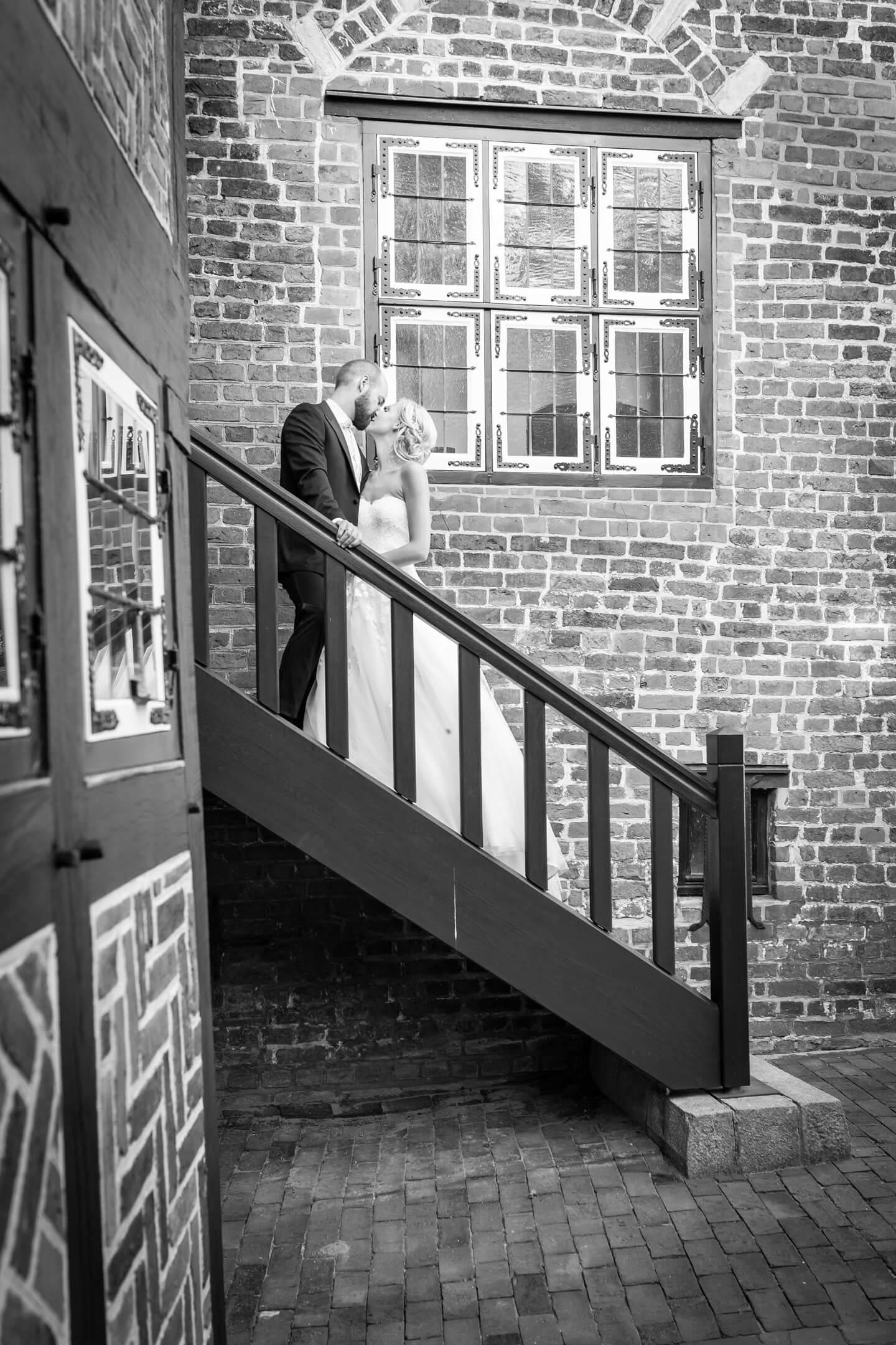 Hochzeitspaar auf einer Treppe der Rückseite vom Alten Rathaus in Wilster