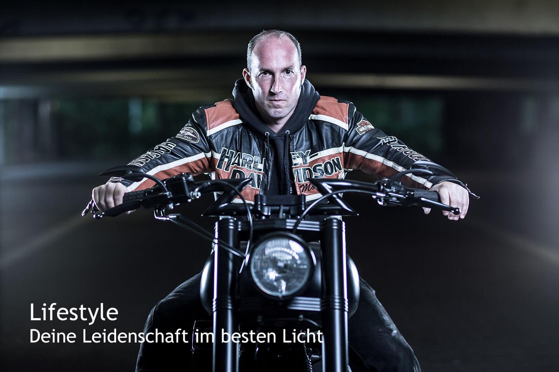 Fotoshooting in einem Parkhaus mit Harley Davidson und Motorradfahrer