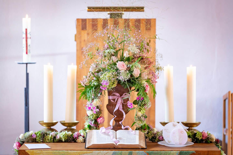 Altar zur Hochzeit geschmückt