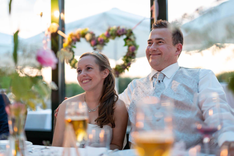 Brautpaar vor Blümchenherz