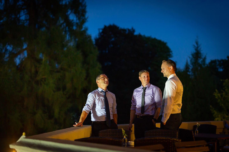 Bräutigam mit Freunden auf dem Balkon vom Schloss Tremsbüttel bei Nacht