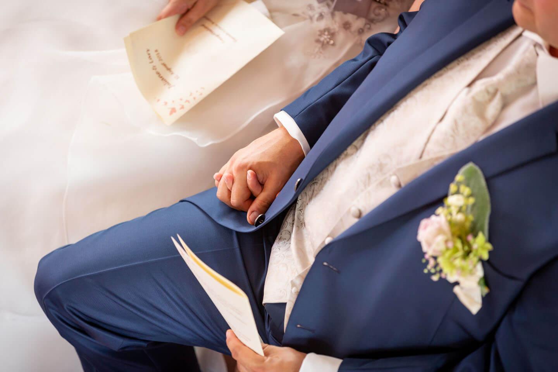 Brautpaar hält sich die Hände