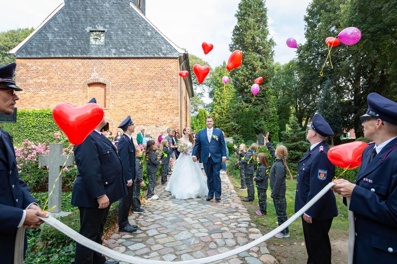 Feuerwehr bildet ein Spalier für das Hochzeitspaar