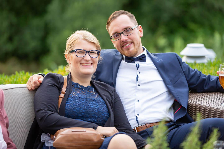 Strahlendes Paar als Hochzeitsgäste