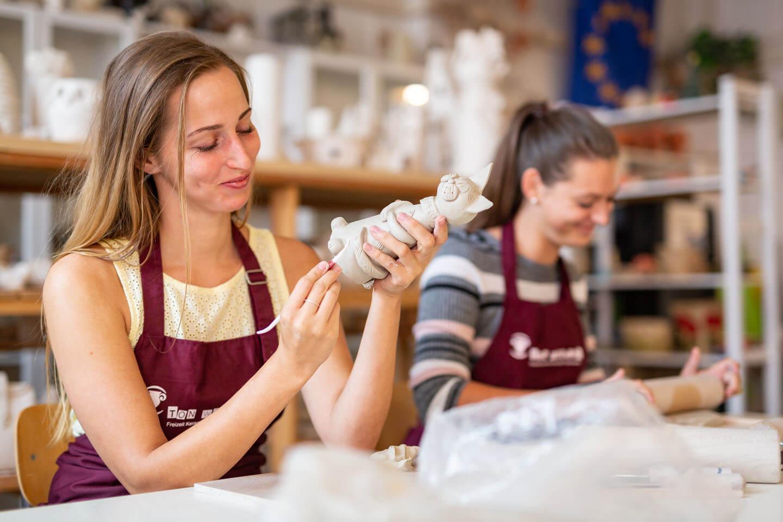 Zwei Frauen in der Töpferwerkstatt