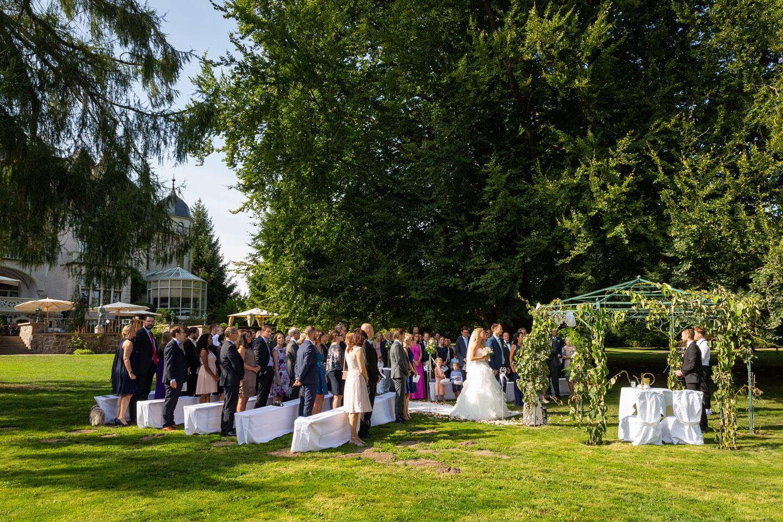 Hochzeitsgesellschaft bei Trauung im Schloss Tremsbüttel