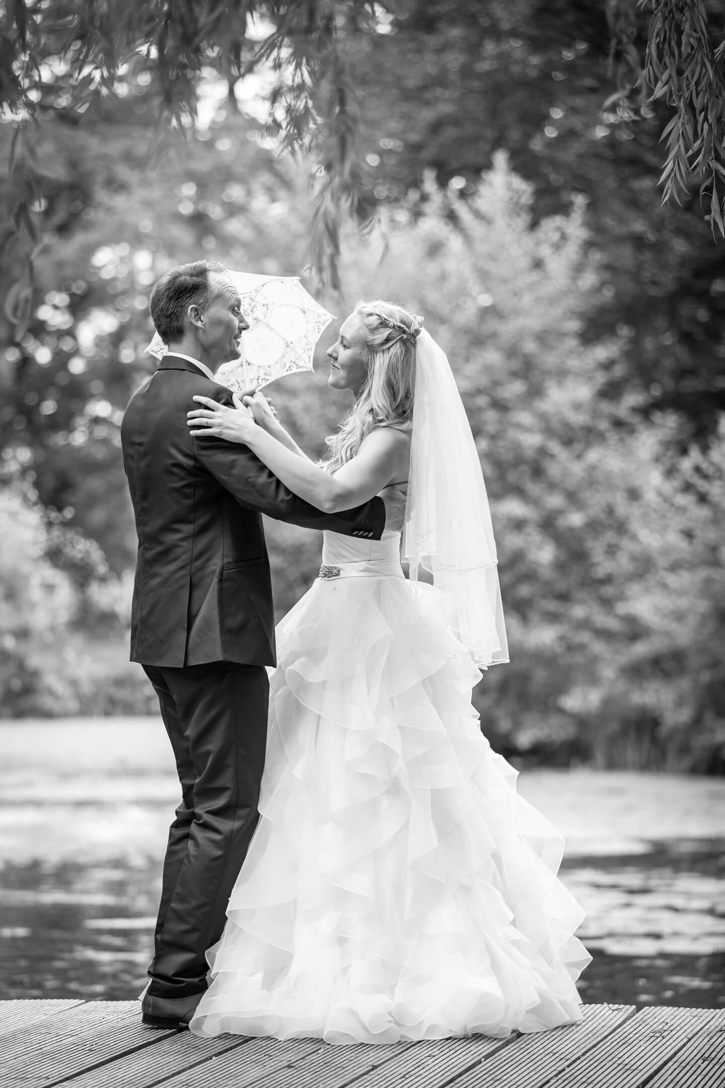 Tanzendes Hochzeitspaar im Schlosspark Tremsbüttel. Fotograf Florian Läufer